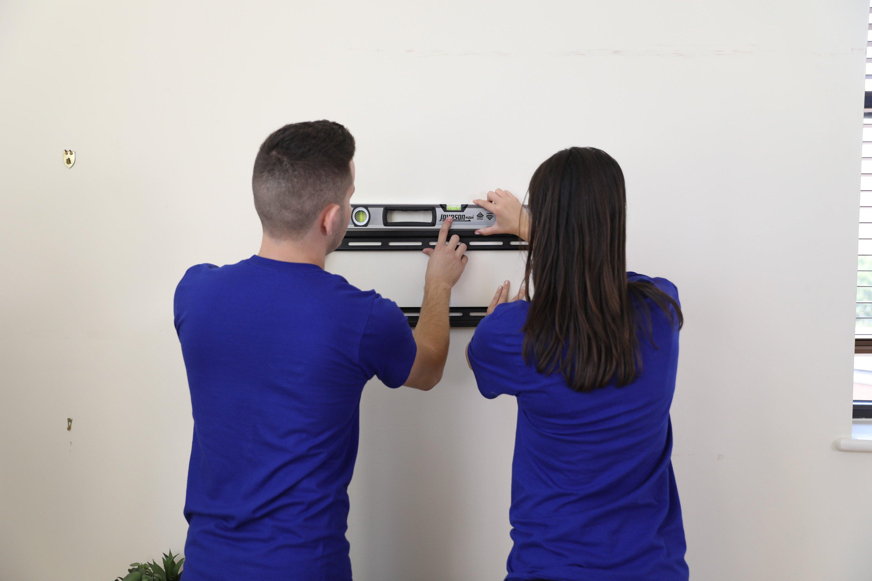 Puls technicians preparing tv wall mount
