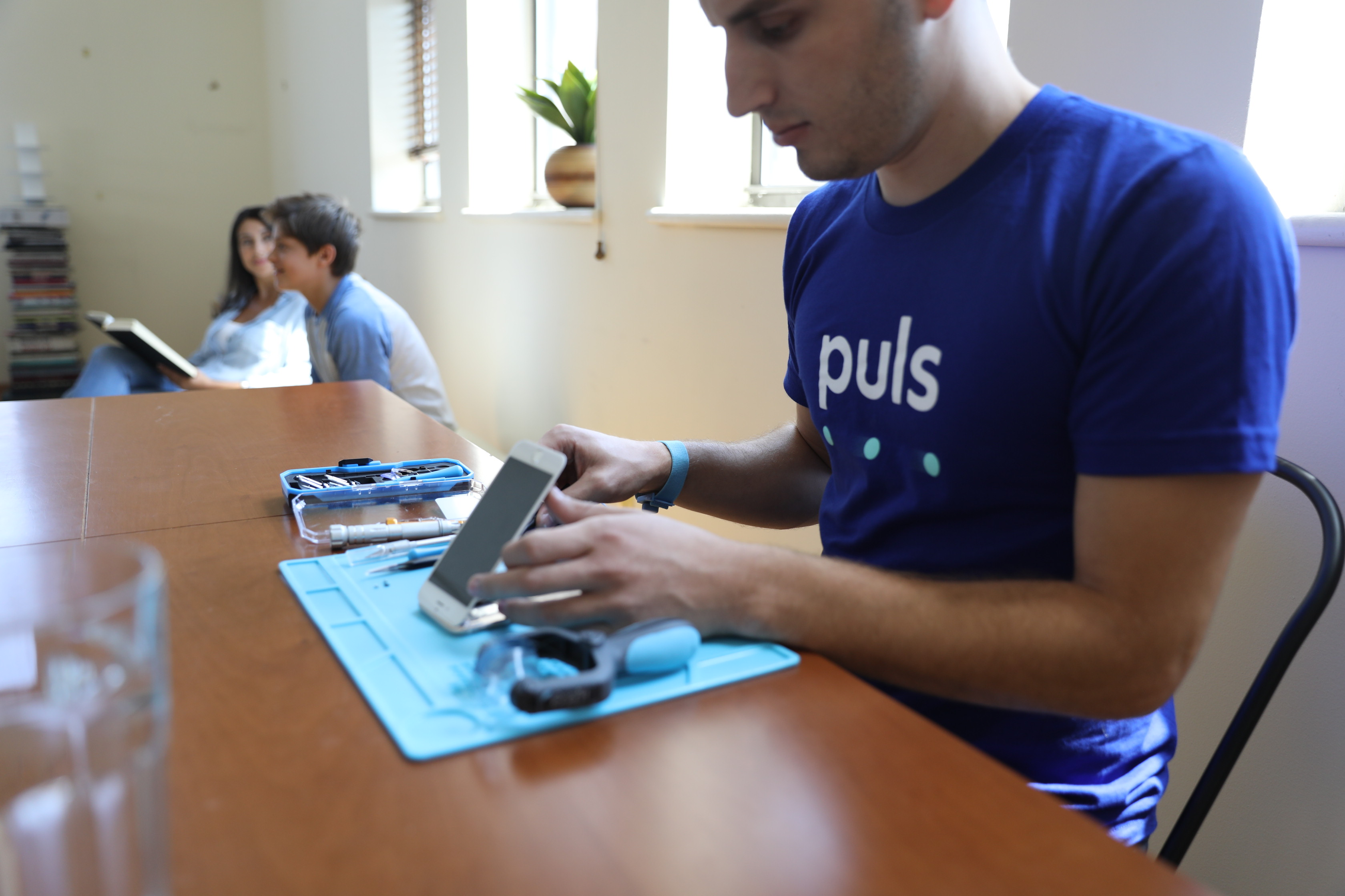 Puls technician repairing iPhone screen
