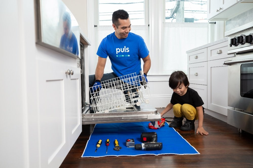 Puls technician fixing dishwasher
